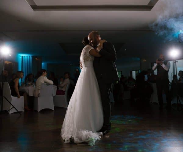couple heureux lors d'un mariage en Alsace